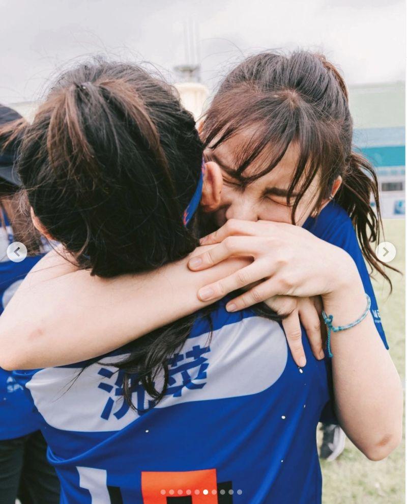 ▲藍隊隊員獲勝後感動抱在一起痛哭。(圖/翻攝洗菜IG)