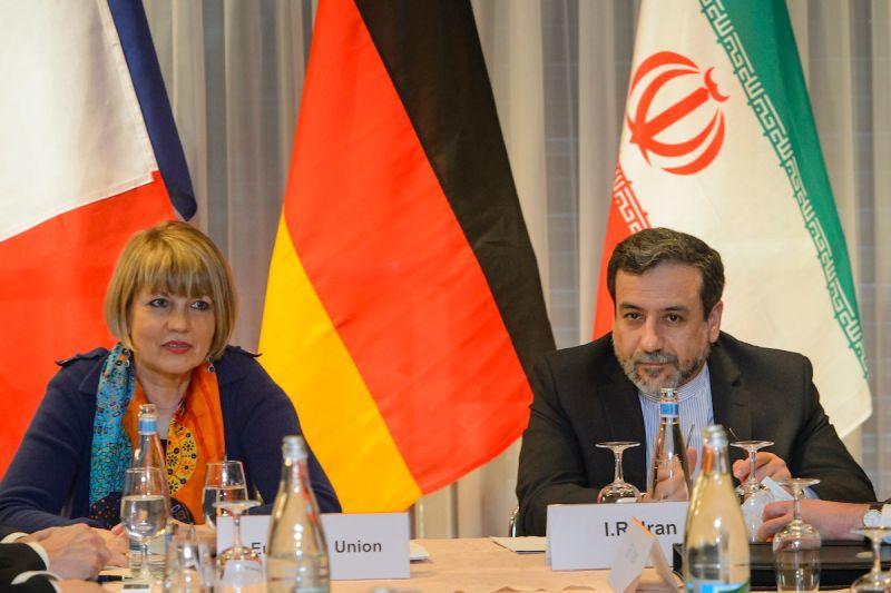 ▲伊朗副外長阿拉奇(Abbas Araqchi)(右)表示,美國針對伊朗石油、銀行等產業以及大部分個人和機構祭出的制裁將會解除。(圖/美聯社/達志影像)