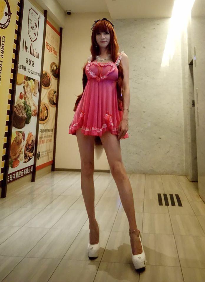 ▲有網友一眼就認出該女子身份,是變裝網紅「大奶酥」,前衛的穿著總是吸引不少網友熱議。(圖/大奶酥臉書)