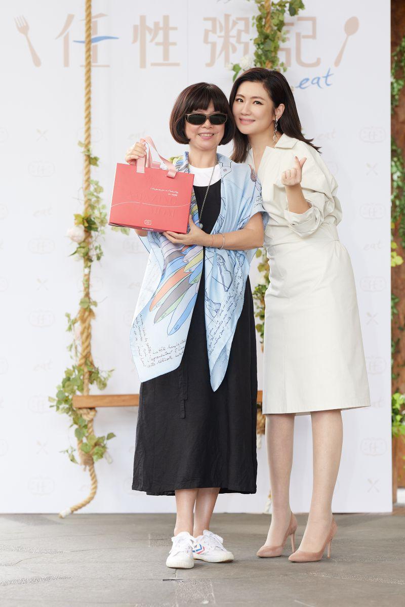 ▲Selina媽媽(左)驚喜現身挺女兒。(圖/任性eat下)