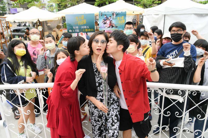 ▲林孫煜豪(左)、王真琳(右)向劉瑞琪獻吻。(圖/三立)