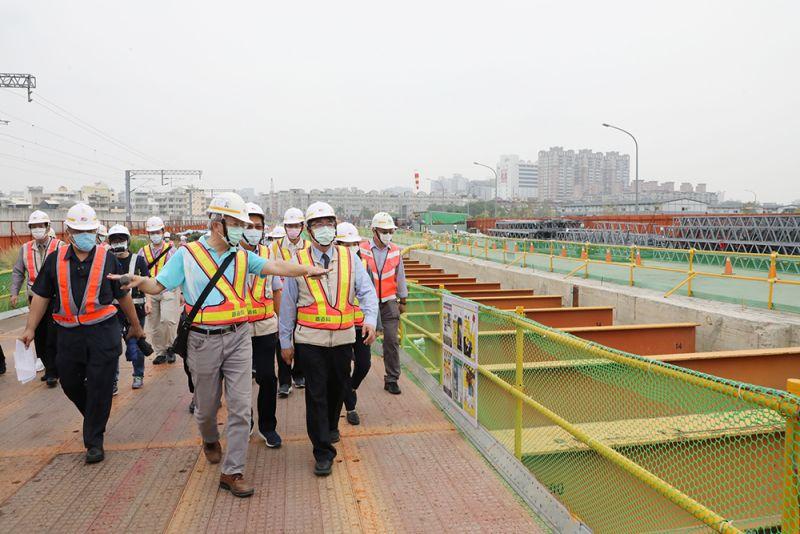 黃偉哲今早赴台南鐵路南台南站工區視察工程進度