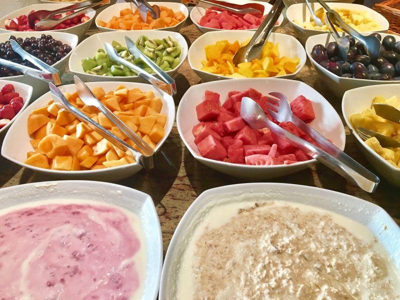 ▲搜狐美食專欄《小乾倩倩的遊戲的美食》指出,韓國人吃buffet必拿水果。(圖/取自pixabay)