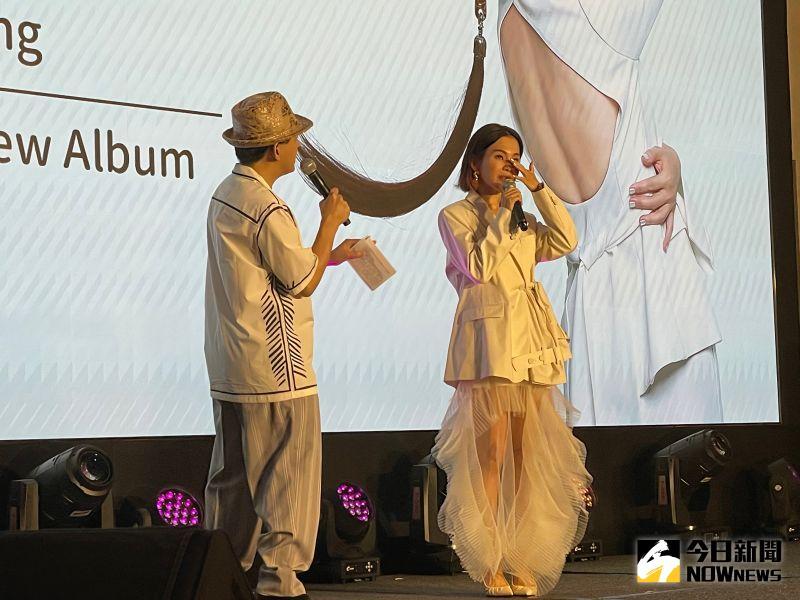 ▲彭佳慧(右)自爆原本打算唱到55歲就退休,談起新歌她很有感觸,還在記者會上落淚。(圖/記者吳雨婕攝 ,2021.05.04)