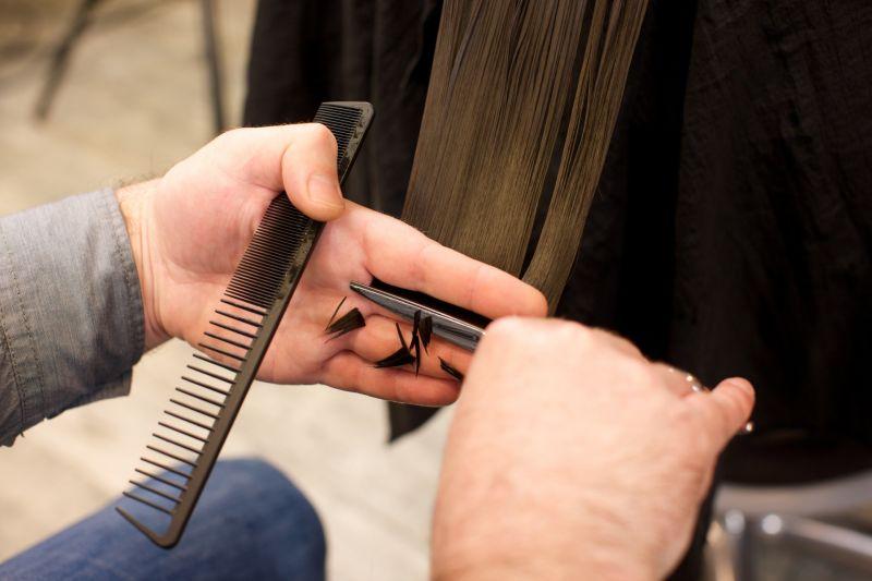 ▲近年來百元理髮店如雨後春筍般冒出,就有網友好奇詢問「為何百元剪髮都用售票機?」而引來行家曝光原因。(示意圖,圖中人物與本文無關/翻攝PhotoAC)