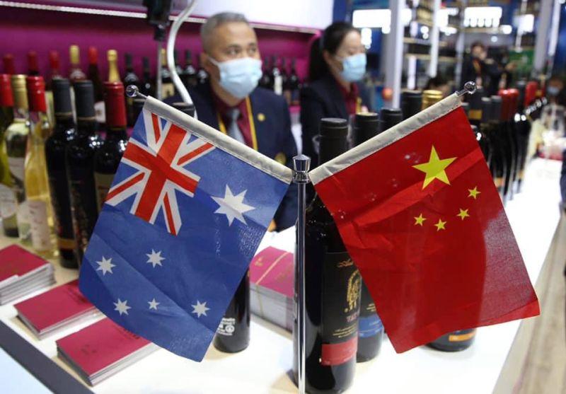 ▲中國對澳洲紅酒等食品課高關稅,讓出口商叫苦連天。(圖/取自謝金河臉書)