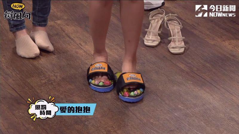 ▲穿著按摩步道拖鞋成為落敗的懲罰。(圖/NOWnews影像中心)