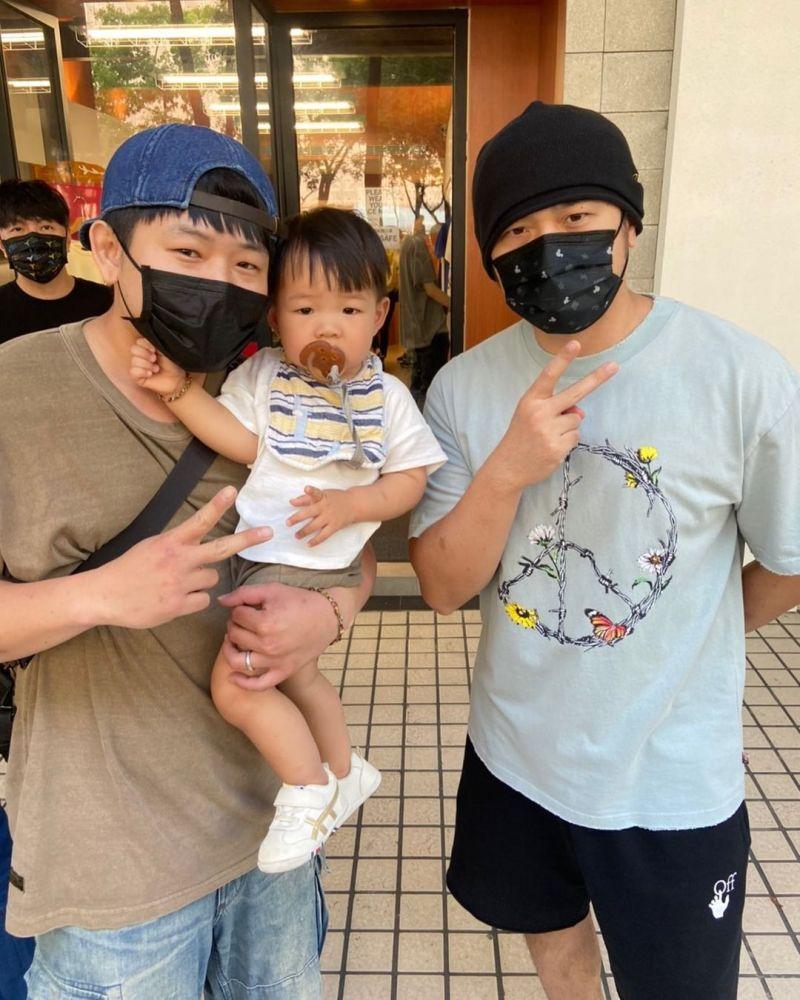 ▲男歌迷抱著兒子與周董合影。(圖/網友授權提供)