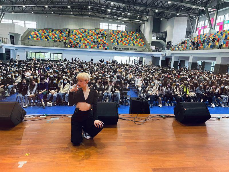 ▲鍾明軒在校園展開講唱會。(圖/嘉南藥理大學提供)