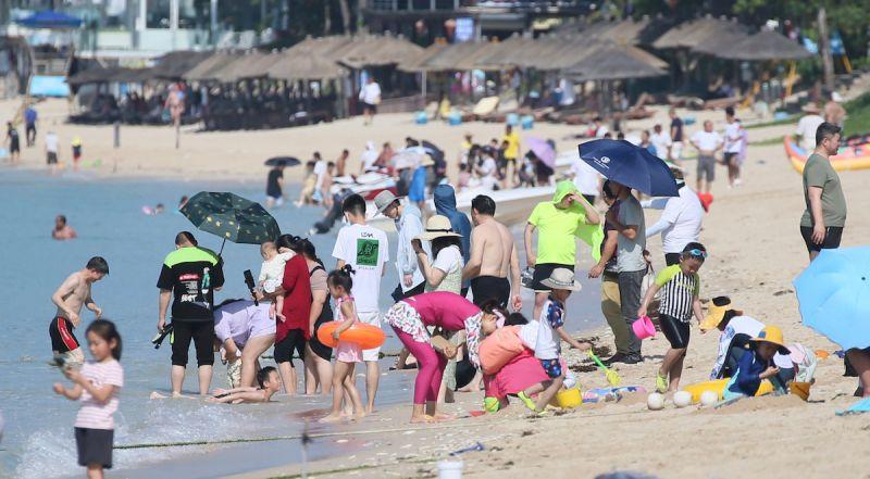 不怕疫情?海南島免稅店現爆買潮 海灘塞爆如「下水餃」