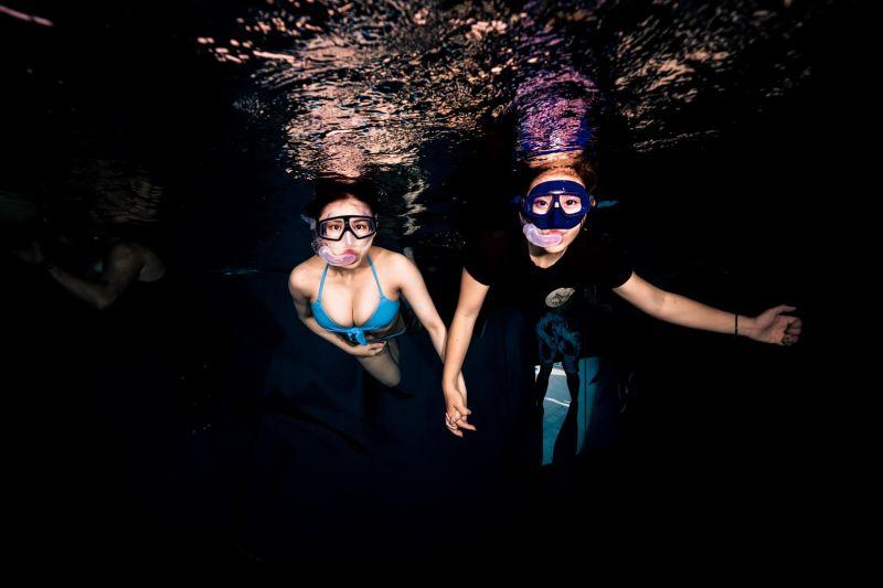 ▲▼熊熊在教練的帶領下挑戰潛水。(圖/熊熊臉書)
