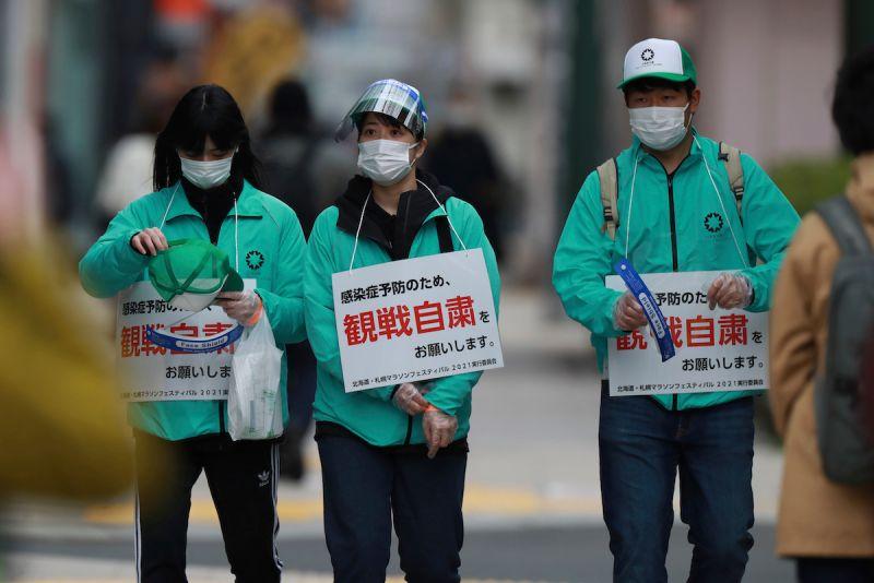 ▲日本目前正在實施緊急事態宣言,不少賽事禁止民眾觀賽。圖為工作人員舉「禁止觀賽」的牌子巡場。(圖/美聯社/達志影像)