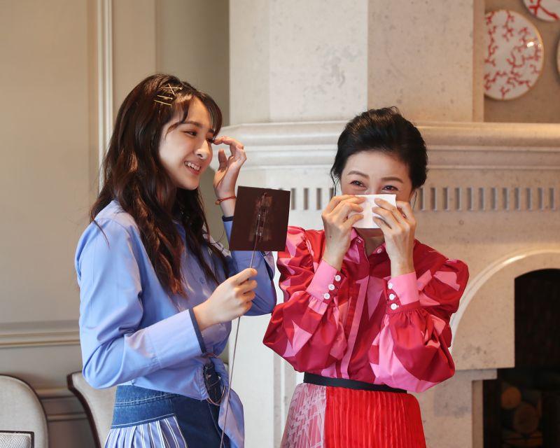 ▲齊薇(左)送上母親節卡片,方文琳忍不住淚崩。(圖/大創紅國際)