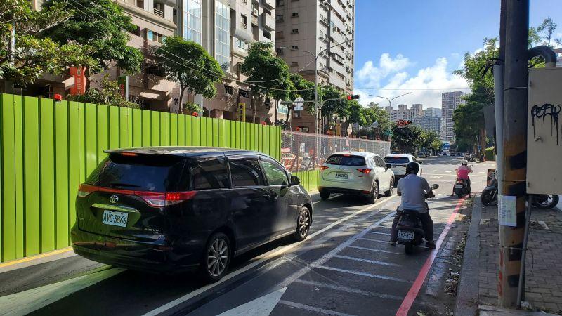 ▲捷運局表示因應未來颱風季節,將補強圍籬加固作業。(圖/高市府捷運局提供)