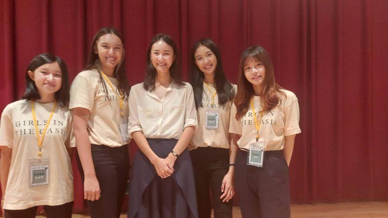 ▲鍾瑶(中)參加北一女學生所創立的菸蒂環保組織「菸沒綠洲」所舉辦《18歲的島與夢》講座。(圖/經紀人提供)