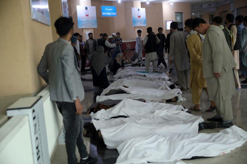▲阿富汗首都喀布爾西區一所高中的校門口發生爆炸,傷亡已攀升至55人喪生和超過150人受傷。(圖/美聯社/達志影像)
