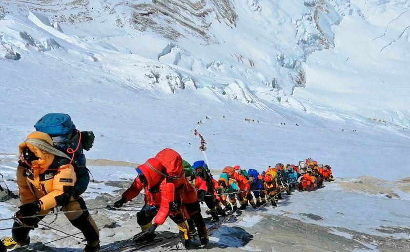 ▲根據外媒報導,為了防止疫情在登山客之間傳播並入侵,中國打算在聖母峰頂設置隔離線,隔開尼泊爾側與中國側的登山團。資料照。(圖/美聯社/達志影像)