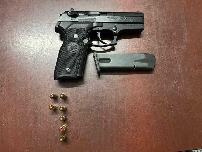 ▲▲苓雅分局員警於辰男住處當場查獲貝瑞塔制式手槍1支及子彈7顆。