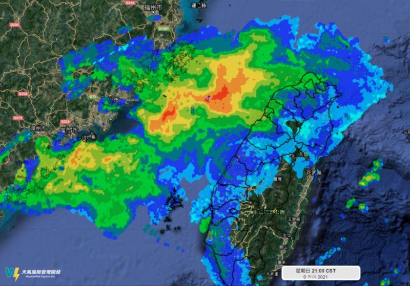 ▲《天氣風險 WeatherRisk》在臉書粉專發文,並貼出9日晚間9時的雷達回波圖。(圖/翻攝自《天氣風險 WeatherRisk》臉書粉專)