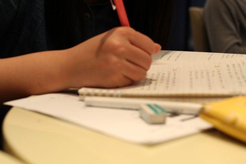 ▲有家長透露,老師登門拜訪說小孩作業沒交,要檢查孩子的功課。但適值防疫期間,貼文發布後掀起網友熱議。(示意圖/翻攝PhotoAC)
