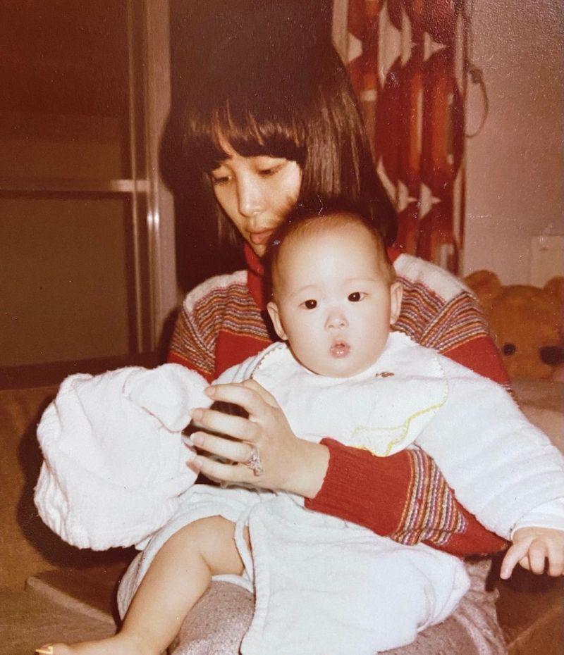 ▲24歲何念慈抱著襁褓中的孫芸芸。(圖/孫芸芸IG)
