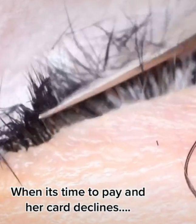 ▲美睫師宣氣得把客人做的睫毛剪掉,連原本的睫毛也遭殃。(圖/翻攝自《@lashesbyleenax》TikTok