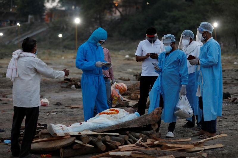 疑因疫情兇猛處理不及 印度恆河驚現數十具遺體被沖上岸