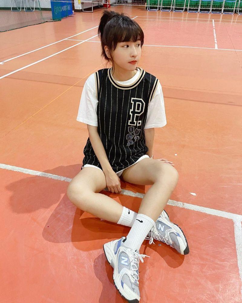 ▲▼峮峮高調穿PLG籃球衣,相當罕見。(圖/峮峮IG)