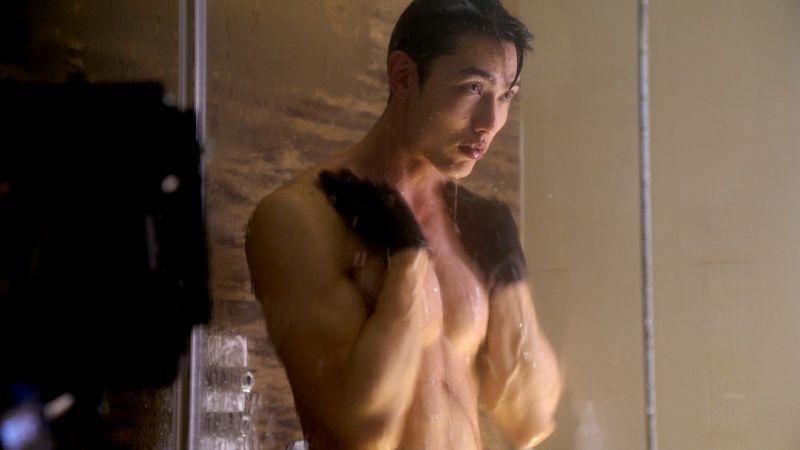 ▲賴東賢戴著手套洗澡,戲外覺得非常彆扭。(圖/三立)