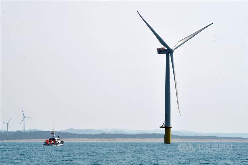 ▲離岸風電區塊開發規則出爐,根據能源局草案,設定2026年至2035年總量15GW,並採兩階段釋出,選商標準為「先資格、後價格」模式。(中央社檔案照片)