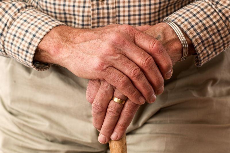 ▲女網友在超商看見一位老爺爺呆呆站了很久,好心錢去關懷,沒想到結局超意外。(示意圖/翻攝自Pixabay)