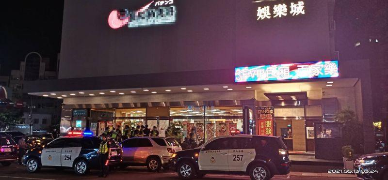 ▲台中市警二分局於大型電子遊戲場稽查、宣導防疫、反酒駕(圖/記者鄧力軍翻攝)