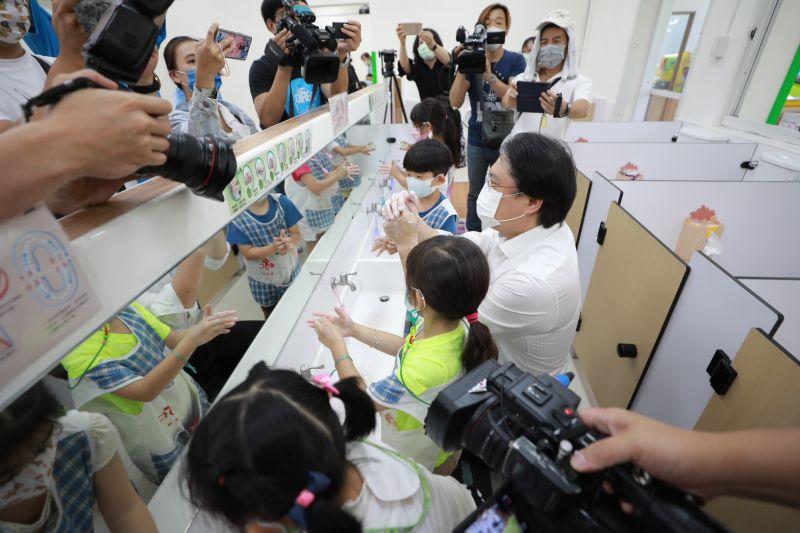 ▲基隆市長林右昌有感幼童對於洗手行動落實的徹底、確實,反而是大人輕忽「洗手的重要性」。(圖/基隆市政府提供)