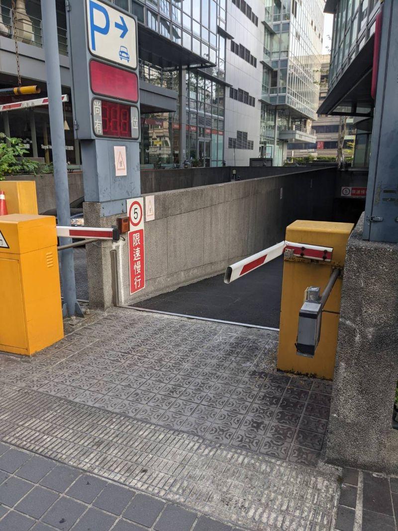 ▲沒想到停車場的柵欄,竟然被人「折斷」了。(圖/翻攝自《PTT》