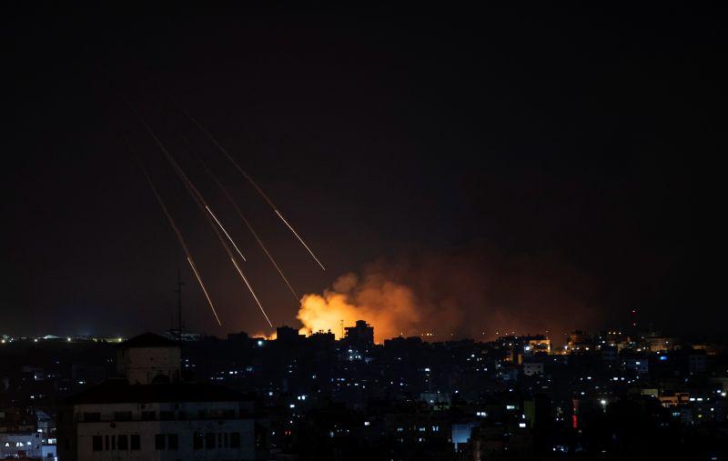 ▲以巴衝突至今已釀成雙方共244人喪生。媒體指出,以色列以及哈瑪斯協議停火,並於21日凌晨2時開始生效。圖為13日晚間加薩遭襲。(圖/美聯社/達志影像)