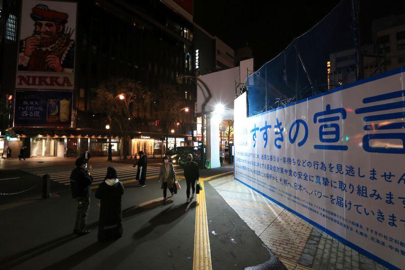 ▲日本境內2019冠狀病毒疾病(COVID-19)疫情嚴峻,讓日本政府有意增加沖繩縣納入「緊急事態宣言」對象地區;至於原本已適用宣言的東京等地,由於疫情並未趨緩恐二度延長。資料照。(圖/美聯社/達志影像)