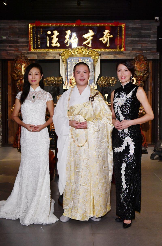 ▲方文琳(左)、釋本藏、柯淑勤公益書籍所得捐社福團體。(圖/宏願大千世界提供)