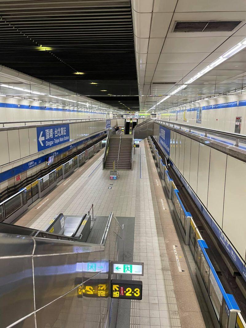 ▲網友分享下班尖峰時段,捷運月台竟然空無一人。(圖/路上觀察學院)