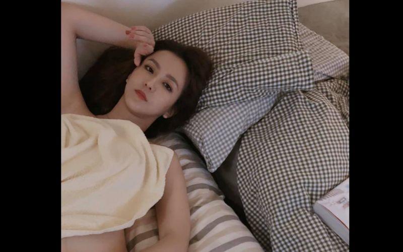台灣疫情續升溫!周曉涵曬「絕美睡姿」籲:在家耍廢待著