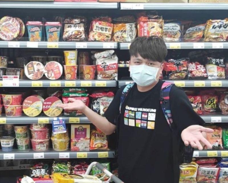 ▲蔡阿嘎拿麥當勞與BTS聯名紙袋開玩笑。(圖/蔡阿嘎IG)