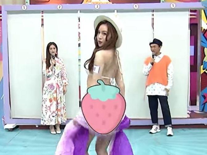 ▲莉娜(中)上電視重點部位被P草莓圖案。(圖/翻攝我愛小明星大跟班YouTube)