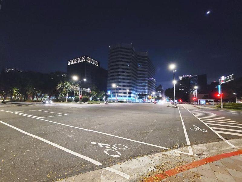 台北空城畫面曝光!小巨蛋牆閃耀「暖心8字」 外媒讚翻