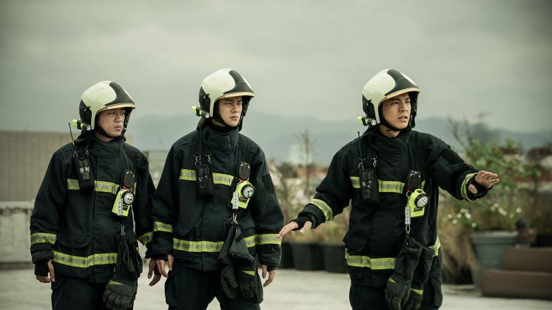 ▲謝章穎(左起)、夏騰宏、林柏宏在天台搶救民眾失敗。(圖/公共電視、myVideo提供)