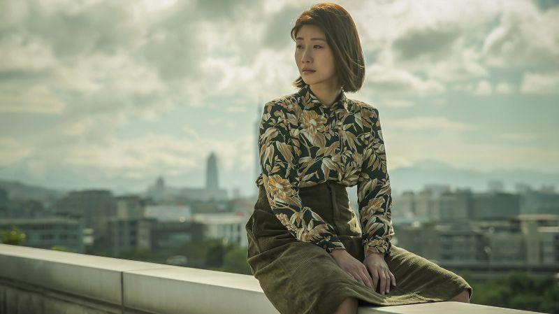 ▲朱芷瑩大膽坐在7層樓高的牆邊。(圖/公共電視、myVideo提供)