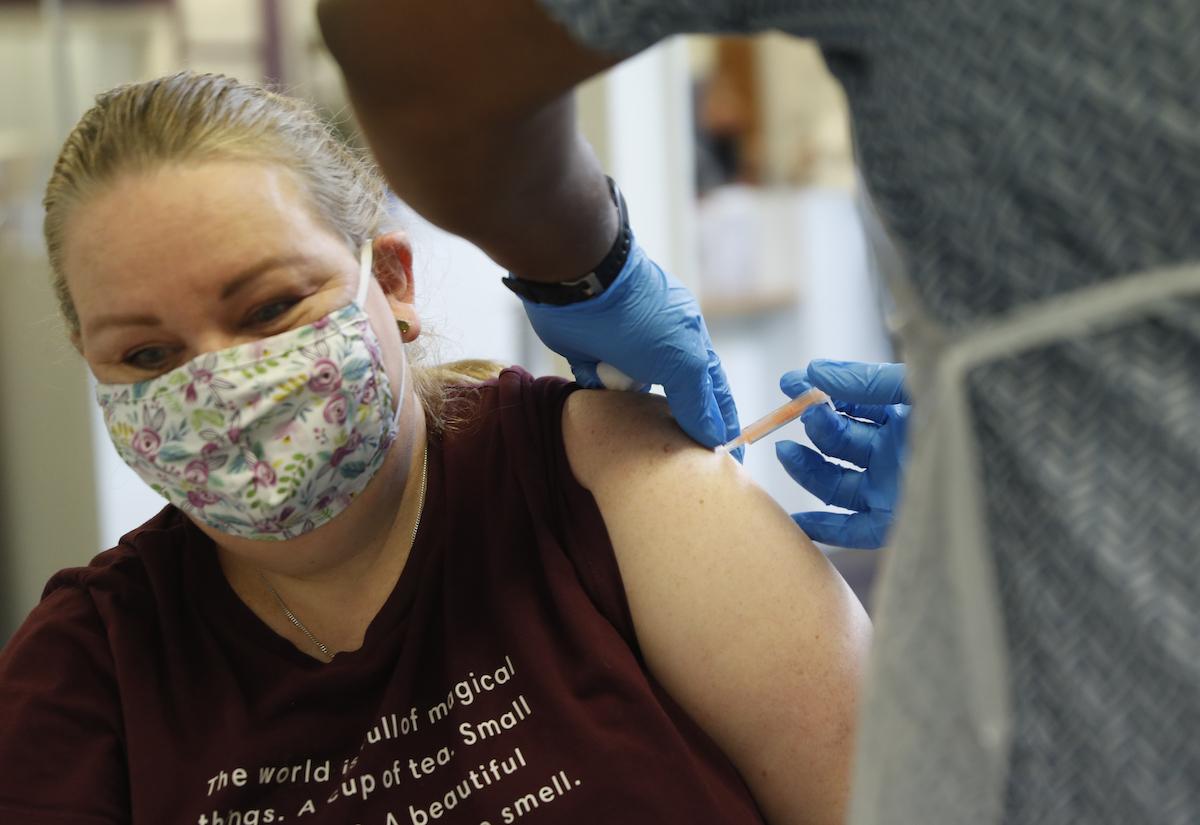 ▲英國倫敦的一所大學近日設立診所,供學生在新學期開始前接種COVID-19疫苗。資料照。(圖/美聯社/達志影像)
