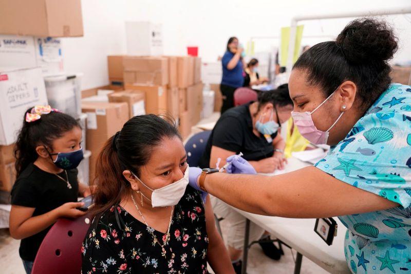 ▲在拜登政府的努力之下,美國民眾接種新冠疫苗的進度大致順利,確診及病亡人數都有下降;根據路透社彙整的州立、郡立資料,美國上週通報的2019冠狀病毒疾病(COVID-19)新增病例為近一年來新低,比前一週少了26%,降至不到18萬例。(圖/美聯社/達志影像)