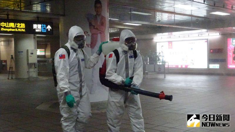 ▲▲陸軍33化兵群在捷運台北車站消毒。(圖/記者呂炯昌攝,2021.05.18)
