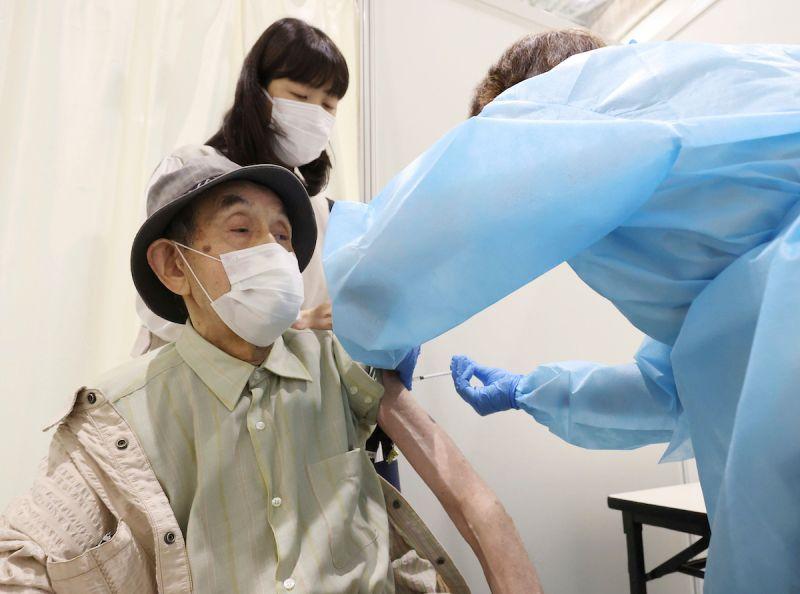 ▲日本17日開放網路預約大規模接種,但卻傳出就算輸入假資料也能夠預約成功。資料畫面。(圖/美聯社/達志影像)