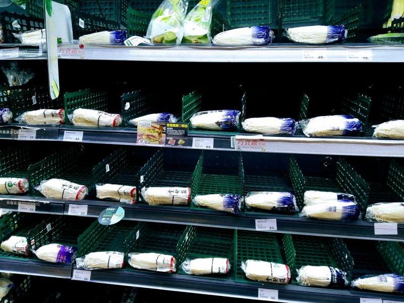 ▲整個蔬菜區只剩下金針菇。(圖/翻攝路上觀察學院臉書)