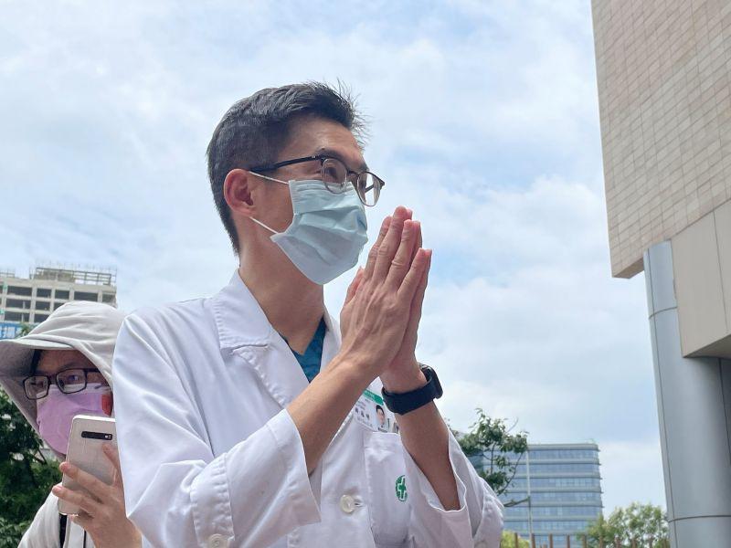 ▲亞東醫院解釋,疫情的變化都需先通報主管機關後再發布,因此才於今日公布病患死亡的訊息。(圖/記者陳志仁攝)
